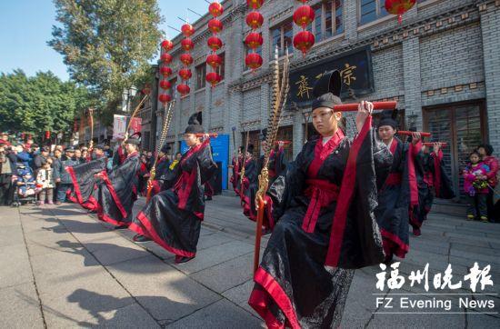 福清佾舞献演南后街引游客聚焦