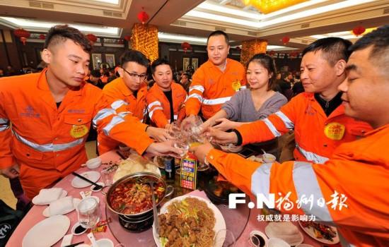 留榕过年建设者开心参加迎新春年夜饭活动