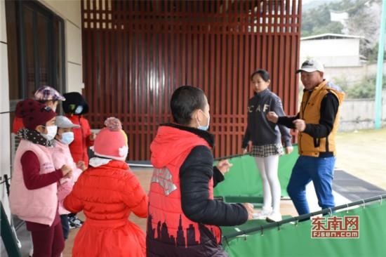 1 林冰清和教练一起与孩子们做热身运动.jpg