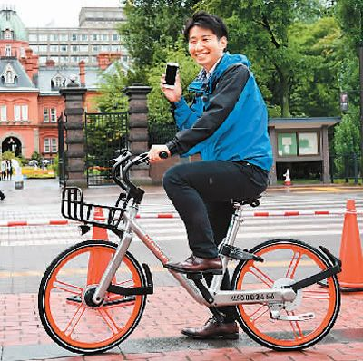 日本の北海道札幌市でモバイクを利用する人(2017年8月22日、撮影・華義)