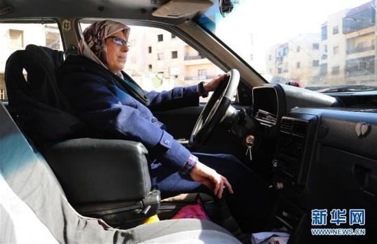 """(国际・图文互动)(1)""""战争改变了社会对妇女的看法""""――记叙利亚阿勒颇首位女性出租车司机"""