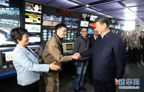 △2016年2月19日,习近平在中央电视台总控中心同工作人员亲切握手。