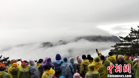 春节黄金周近尾声安徽黄山游客返程车辆增多