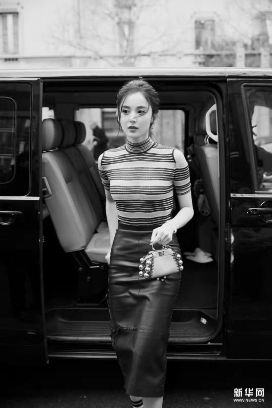 娜扎穿条纹露肩针织衫亮相米兰时装周
