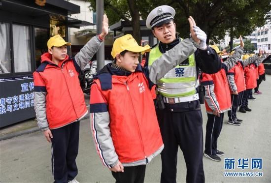 2月24日,慈溪交警大队城区中队的交警在指导小志愿者们学习交通手势