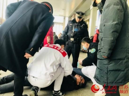 旅客突发疾病倒地 铁路民警救助使其转危为安