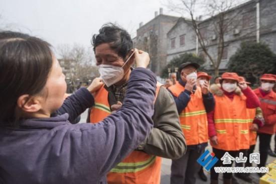 镇江173位网友众筹红包 给环卫工送防雾霾口罩