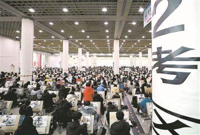 北京赛车投注APP:考生参加山东工艺美院举行的美术类专业考试