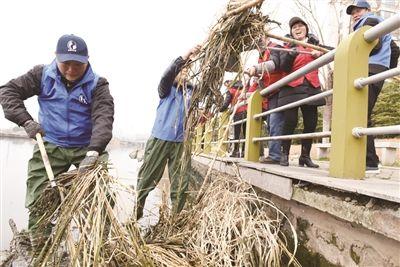 南通海门环保志愿者清理河道垃圾