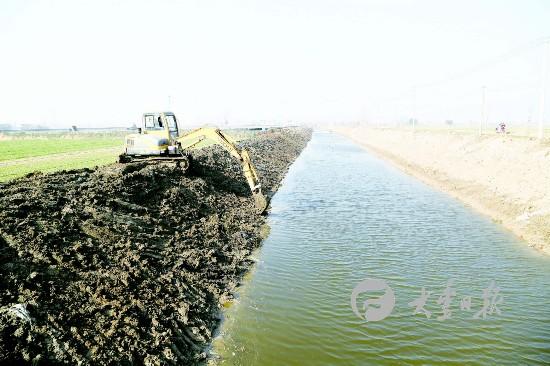 盐城大丰小海镇新村村对淤积严重河道进行疏浚