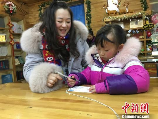 """中国最北邮局明信片热销:各地""""旅行青蛙""""飞书传情"""