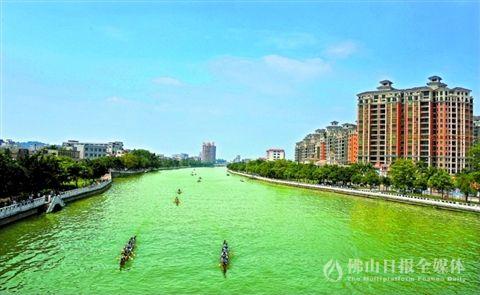 均安镇_蓝天碧水的凫洲河.均安镇在凫洲河首创河涌排污口标识牌.