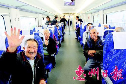 东莞市民从道�蛘咀�城轨来惠州游玩。 本报记者李松权 摄