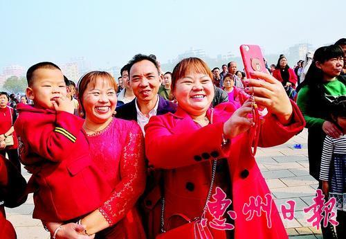 2018年春节期间,市民在市区下埔滨江公园游玩。 本报记者钟畅新 摄