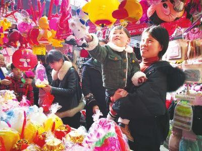元宵节临近 南通海安各式花灯俏销