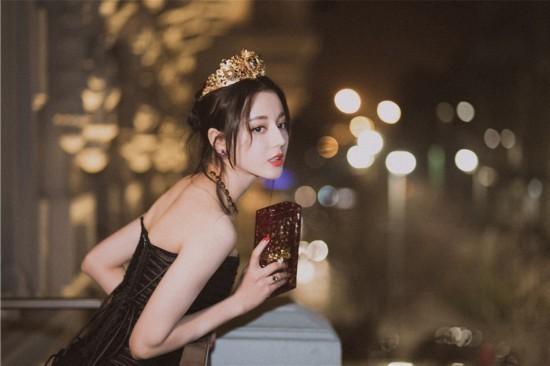 迪丽热巴亮相米兰时装周黑裙优雅皇冠吸睛