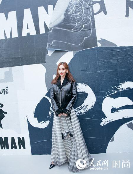 Dior中国区品牌大使Angelababy亮相巴黎时装周 条纹吊带礼裙优雅迷人