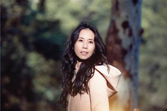 莫文蔚最新单曲《慢慢喜欢你》上线 李荣浩作词作曲