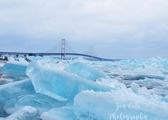 美国密歇根湖现罕见蓝色冰群
