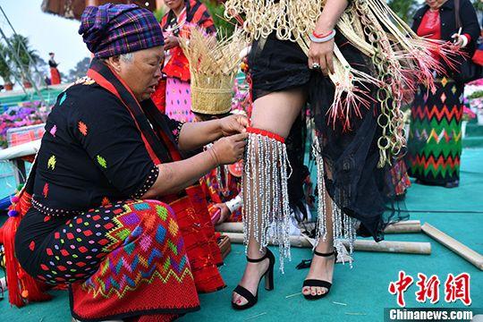 中缅两国景颇族民众比赛传统织锦技艺