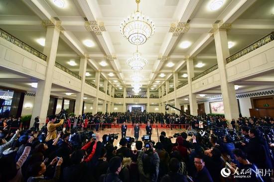 """政协首场""""委员通道""""现场  摄影 人民网记者 于凯"""
