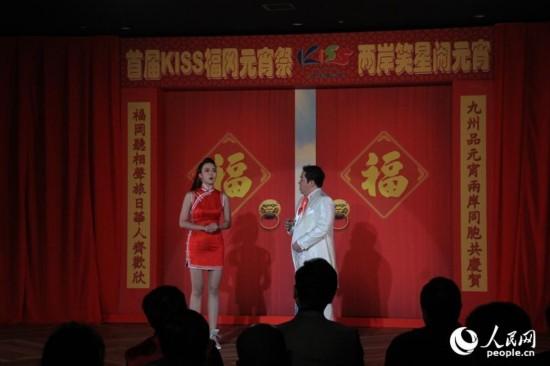 姬天语和刘尔金一起演出对口相声《金马奔腾》。人民网记者刘军国摄