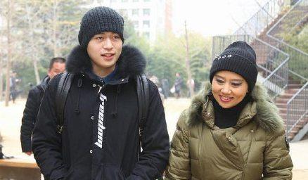 徐锦江儿子徐菲参加北电艺考 妈妈殷祝平送考