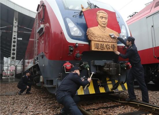 """3月4日,""""周恩来号""""机车组成员在作行车前检查。"""