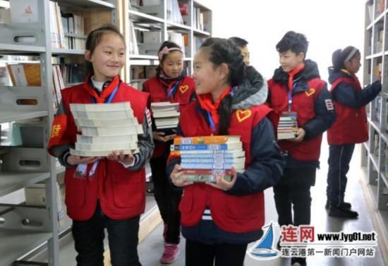 连云港小学办学雷锋活动 学生争当图书管理员