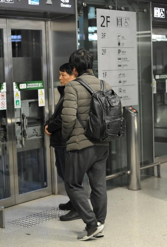 韩寒现身上海虹桥机场 背双肩包似学生 被认出后主动打招呼