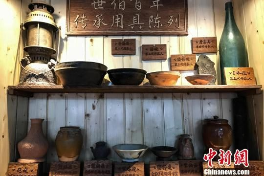 """图为""""世伯百年""""粉店展示的祖辈做粉用具。 洪坚鹏 摄"""