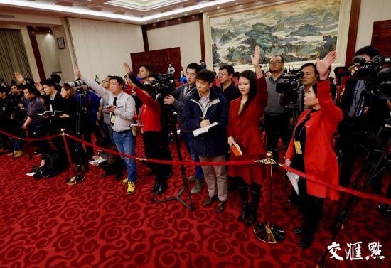 来自新华社、人民日报、中央电视台、中央人民广播电台等75家境内媒体和路透社、美联社、彭博新闻社、共同社等15家境外媒体总计150多名记者到会旁听与采访。交汇点记者 肖勇 摄