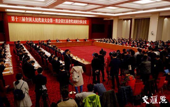 3月6日下午,北京国二招宾馆三楼会议室,十三届全国人大一次会议江苏代表团举行第三次全体会议,继续审议政府工作报告。根据大会安排,本次全体会议对境内外记者开放。省委书记、省人大常委会主任娄勤俭,省委副书记、省长吴政隆回答了中外记者提问。交汇点记者 肖勇 摄