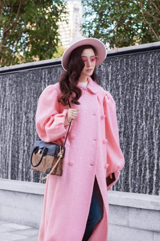 范冰冰一身粉色 就连手机壳也是粉色