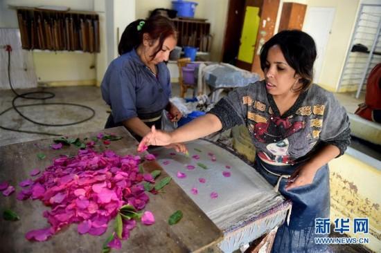 3月7日,在埃及開羅扎巴林區,女工們在用花瓣、棉花等材料制作手工藝品。   扎巴林區位於埃及首都開羅的穆卡塔姆山附近,當地人在這裡處理開羅市區運來的垃圾,因此這裡也被外界稱為垃圾山。扎巴林區有一家由埃及環境保護協會創立的女子手工作坊,招聘家境貧苦的女性用回收、處理過的再生材料創作手工藝品,並在市場上進行售賣。女手工藝者們在這裡用巧手賦予廢棄品新生,也緩解了自身的就業、生活壓力。