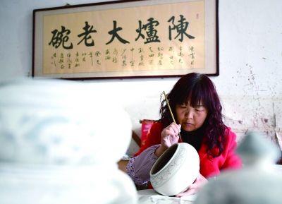 2月26日,王家瓷坊工作人员郭改样在素坯上绘画。   新华社记者 邵 瑞 摄