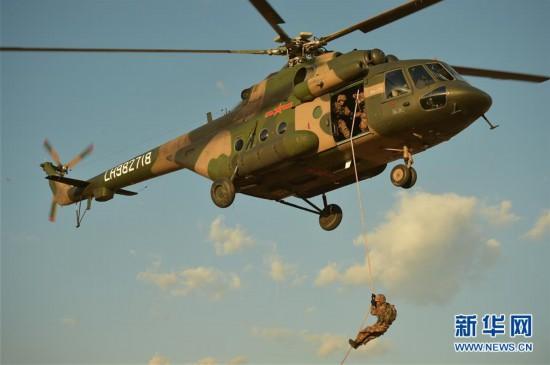第75集团军某空中突击旅联合特战分队进行快速机降课目训练(2月27日摄)