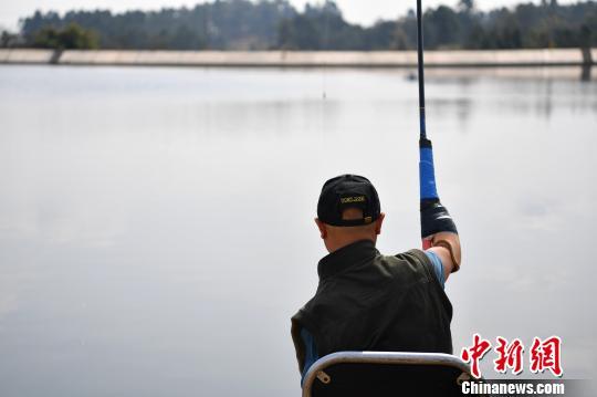 成都男子因意外失去双臂双腿18年后成钓鱼达人