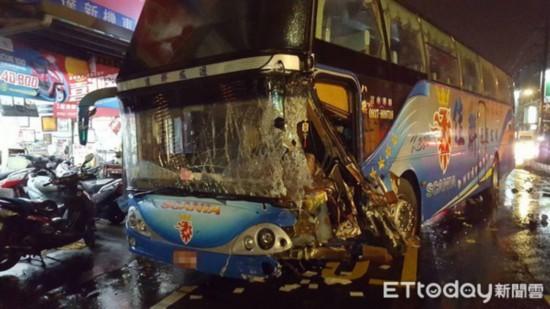 台湾桃园一辆载37人游览车发生车祸 11人受伤送医