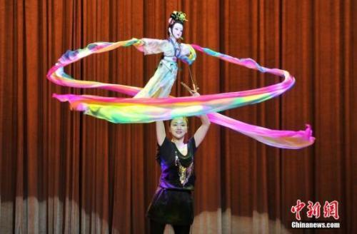 第四届中国泉州国际木偶节上,扬州木偶研究院表演《天女散花》。吕明 摄