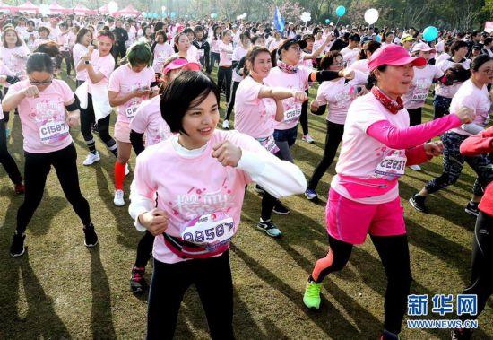 (体育)(4)全民健身――上海举行樱花节女子10公里路跑活动