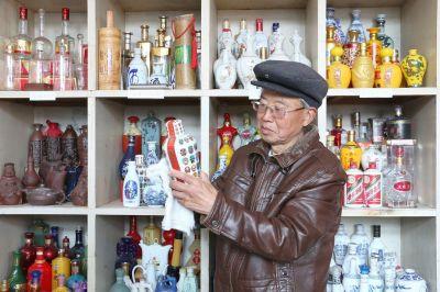 南通海安七旬老人爱好收集酒瓶