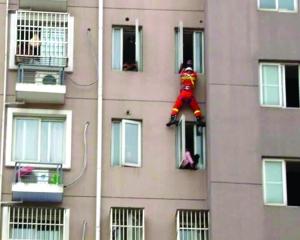 轻生女站上8楼窗台 南京消防及时索降营救