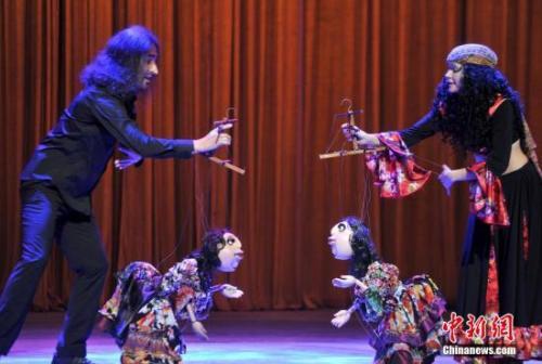 """第四届中国泉州国际木偶节,德国""""第五轮子剧团""""表演《非法之旅》选段。吕明 摄"""