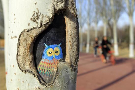 """宁夏银川市凤凰公园内的一幅""""树洞画""""(3月10日摄)。"""