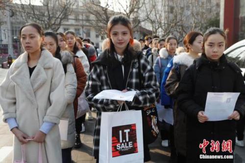 上海戏剧学院2018年艺考现场,考生正在排队 <a target='_blank'  data-cke-saved-href='http://www.chinanews.com/' href='http://www.chinanews.com/'><p  align=