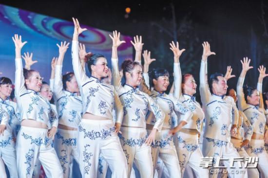 """随着生活水平的不断提高,人们需要更为丰盛的""""文化大餐""""。图为市民进行广场舞表演。  长沙晚报记者 陈飞 摄"""