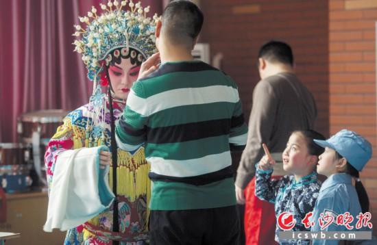 一个月的跟班学习,孩子们开始对京剧着迷了