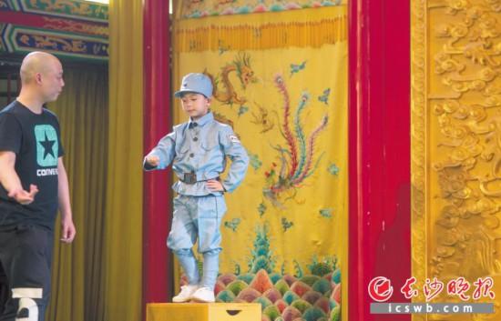 """""""待会就这么演,记住喽。""""湖南省京剧保护传承中心的专业演员正在一招一式地演示"""