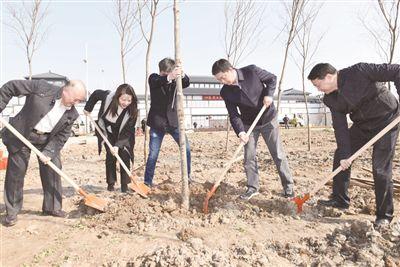 南通海門市領導義務植樹 為生態建設添綠增彩